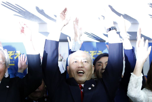 Japans former Health Minister Yoichi Masuzoe cheers with supporters at his office in Tokyo on Feb. 9, 2014. /Reuters