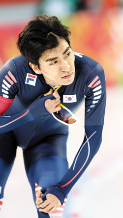 Speed skater Lee Seung-hoon checks his record after the mens 5,000-m race at the Sochi Winter Olympics on Saturday.