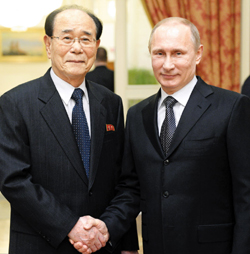 Russian President Vladimir Putin (right) shakes hands with North Koreas titular head of state Kim Yong-nam at an Olympic reception in Sochi, Russia on Friday. /AP-Newsis