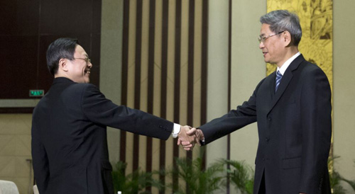 Wang Yu-chi (left), head of Taiwans Mainland Affairs Council, shakes hands with Zhang Zhijun, director of Chinas Taiwan Affairs Office in Nanjing on Feb. 11, 2014. /AP