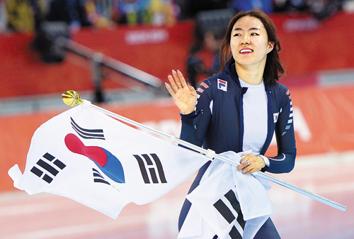 Lee Sang-hwa celebrates after setting a new Olympic record in the womens 500-m speed skating at the Sochi 2014 Winter Olympics on Tuesday in Sochi, Russia. /Newsis