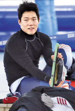Mo Tae-bum takes off his skates at the Adler Arena Skating Center in Sochi, Russia on Monday. /AP-Newsis