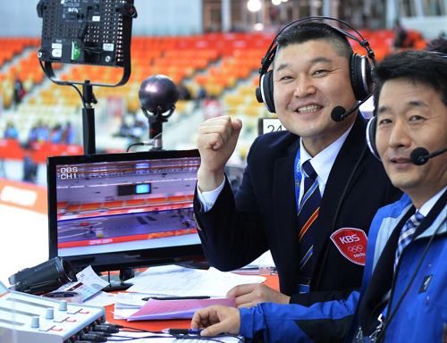 Kang Ho-dong prepares to cover a womens speed skating event with KBS sportscaster Seo Ki-cheol at the Adler Arena Skating Center in Sochi, Russia on Tuesday.