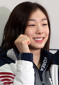 Kim Yu-na smiles at Incheon International Airport on Wednesday before leaving for the Sochi Winter Olympics.
