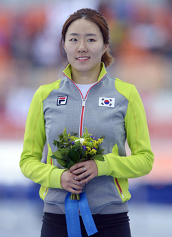 Lee Sang-hwa celebrates during the flower ceremony for the womens 500-m speed skating race at the Adler Arena Skating Center during the Sochi 2014 Winter Olympics on Tuesday in Sochi, Russia. /Newsis
