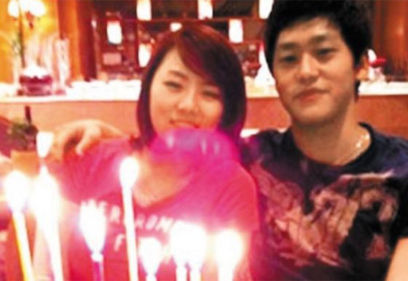 Lee Sang-hwa (left) poses with her boyfriend in this picture he posted on his website.