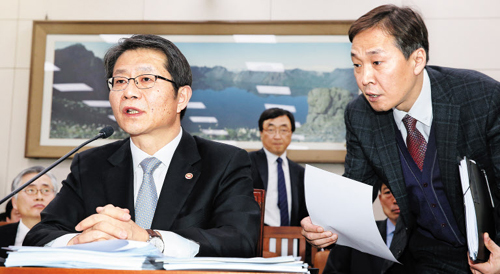 Unification Minister Ryoo Kihl-jae takes questions from lawmakers at a meeting in Seoul on Thursday.