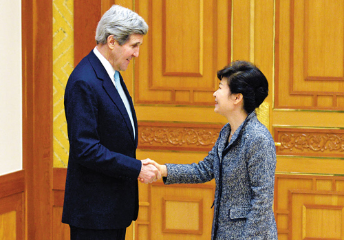 President Park Geun-hye shakes hands with U.S. Secretary of State John Kerry at Cheong Wa Dae on Thursday. /Newsis
