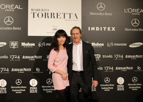 Actress Lee Yu-ri poses with Roberto Torretta at the Mercedes-Benz Fashion Week in Madrid on Saturday. /Courtesy of Yulyen