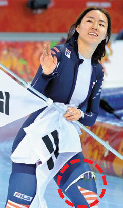 Speed skater Lee Sang-hwa celebrates her victory in the womens 500-m race with sunglasses on her thigh at the Sochi 2014 Winter Olympics in Russia on Tuesday. /News 1