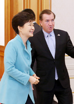 President Park Geun-hye greets Chairman Ed Royce and other members of the U.S. House Foreign Affairs Committee at Cheong Wa Dae on Tuesday. /Newsis