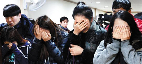 Fellow students cry over the victims of a gymnasium collapse in Gyeongju, North Gyeongsang Province as they visit a memorial altar for them at a hospital in Ulsan on Tuesday. /News 1