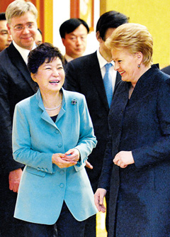 President Park Geun-hye (left) and Lithuanian President Dalia Grybauskaitė walk into a meeting at Cheong Wa Dae on Tuesday. /Newsis