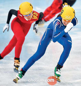 Shim Suk-hee (front) puts on the last spurt at the womens 3000-m short track team race at the Iceberg Skating Palace at the Sochi Winter Olympics on Tuesday.