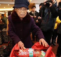 A woman checks gifts for her relatives in North Korea in Sokcho, Gangwon Province on Wednesday, a day before family reunions at Mt. Kumgang.