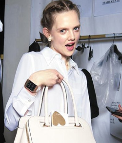 A model shows off Samsung's Galaxy Gear at a fashion show in Milan, Italy in 2013. /Courtesy of Samsung Electronics
