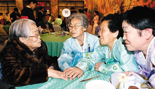 Kim Seong-yun, a 96-year-old woman from South Korea, talks with her sisters from North Korea at the Kumgangsan Hotel in North Korea on Thursday. /News 1