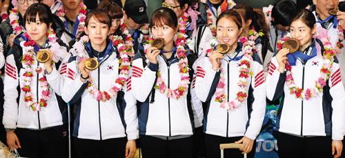 Athletes pose at Incheon International Airport on return from the Sochi 2014 Winter Olympics on Tuesday. From left, Kim A-lang, Cho Ha-ri, Park Seung-hi, Lee Sang-hwa and Kim Yu-na