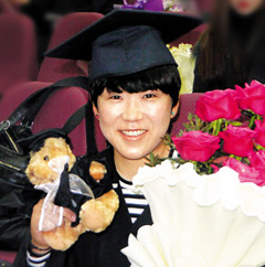 Golfer Shin Ji-yai smiles during her graduation ceremony at Yonsei University in Seoul on Monday.