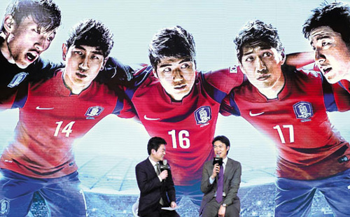 National football team manager Hong Myung-bo speaks at the unveiling of new uniform for the Korean national team in Seoul on Thursday. /News 1