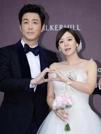 Actor couple Choi Won-young (left) and Shim Yi-young pose before their wedding in Seoul on Friday.