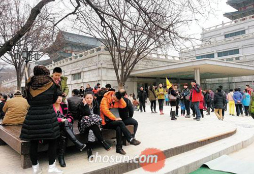 Chinese tourists visit Gyeongbok Palace in Seoul on Feb. 17.