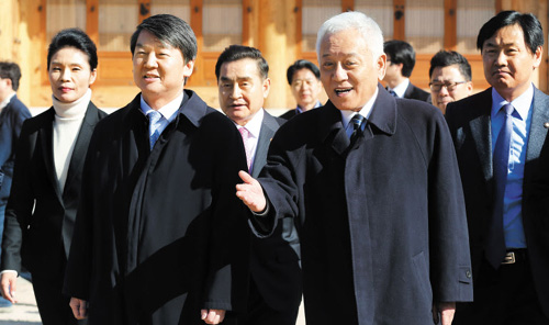 Independent lawmaker Ahn Cheol-soo (right) walks with Democratic Party leader Kim Han-gil to a press conference at the National Assembly in Seoul on Sunday.