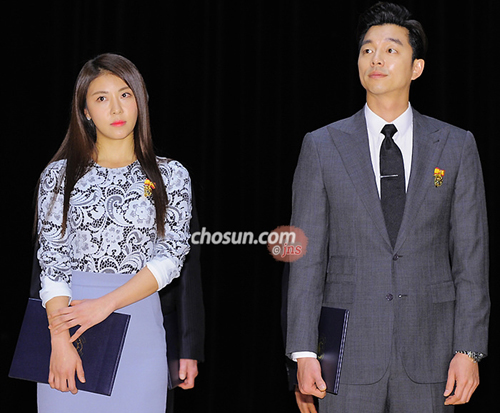 Actors Ha Ji-won (left) and Gong Yoo pose after receiving presidential commendations at COEX in Seoul on Monday.