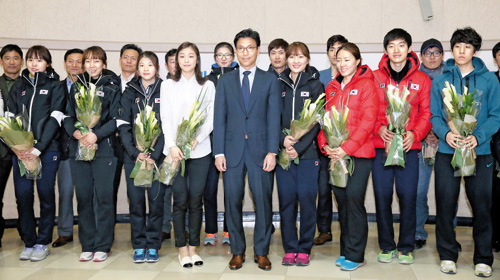 Athletes pose for a picture at an event in Seoul on Monday to celebrate their achievement at the Sochi 2014 Winter Olympics. /News 1