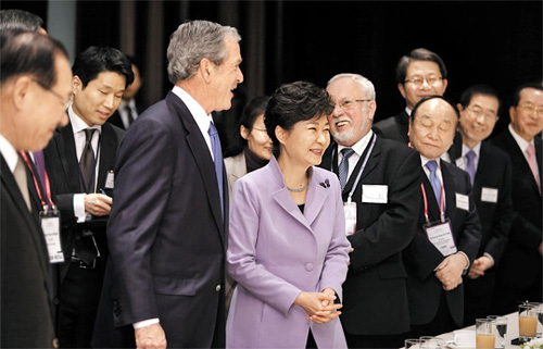 President Park Geun-hye with former U.S. President George W. Bush and other guests at the Asian Leadership Conference in Seoul on Monday /Courtesy of Cheong Wa Dae