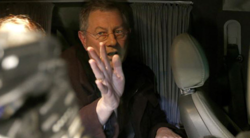 UN special envoy Robert Serry gestures as he leaves in a car in Simferopol on March 5, 2014. /Reuters