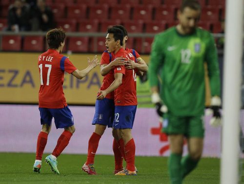 Park Chu-young (center) celebrates with teammates after scoring against Greece during a friendly match at a stadium in Piraeus port near Athens, Greece on Wednesday. /AP-Newsis