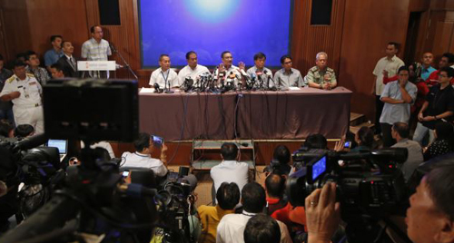 Malaysias Transport Minister Hishammuddin Hussein (center) speaks at a news conference at a hotel near Kuala Lumpur International Airport in Sepang on March 9, 2014. /Reuters