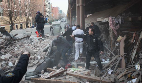 Police respond to the scene of an explosion and building collapse in the East Harlem neighborhood of New York on March 12, 2014. /AP