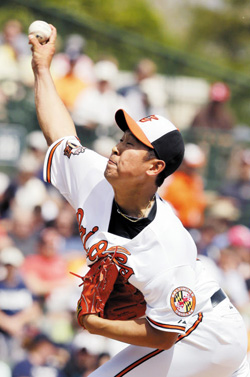 Baltimore Orioles starting pitcher Yoon Suk-min throws during the seventh inning of a spring exhibition baseball game against the New York Yankees in Sarasota, Florida on Saturday./ AP-Newsis