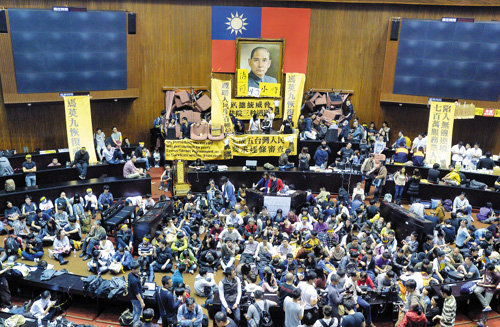 Student protesters against the current hearings of the Taiwan China trade pacts occupy the legislature floor in Taipei, Taiwan on March 18, 2014. /AP-Newsis