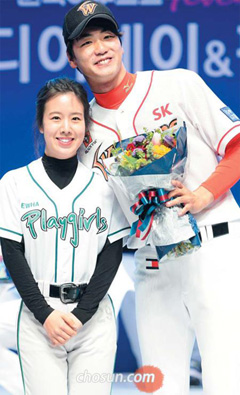 SK Wyverns starting pitcher Kim Kwang-hyun poses for a photo with an Ewha Womans University student at a promotional event for the sport in Seoul on Monday.