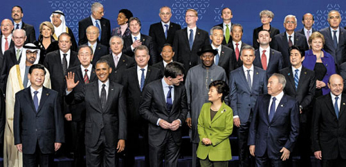 World leaders pose for a family photo on the last day of the Nuclear Security Summit in The Hague, Netherlands on Tuesday. Front from left, Chinese President Xi Jinping, U.S. President Barack Obama, Dutch Prime Minister Mark Rutte, President Park Geun-hye, and Kazakhstan President Nursultan Nazarbayev. /AP-Newsis