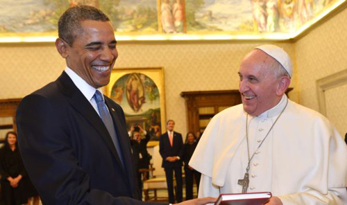 Pope Francis and President Barack Obama smile as they exchange gifts at the Vatican on March 27, 2014. /AP