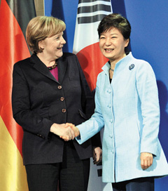 President Park Geun-hye (right) and German Chancellor Angela Merkel shake hands at a press conference in Berlin on Wednesday.