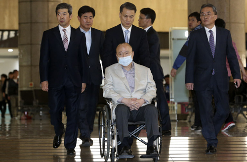 Hanwha Group chairman Kim Seung-youn (in wheelchair) at Gimpo Airport on Thursday