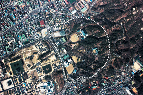 An aerial shot obtained from the drone that crashed in Paju, Gyeonggi Province on March 24 shows Cheong Wa Dae (in dotted circle) and the surrounding areas.