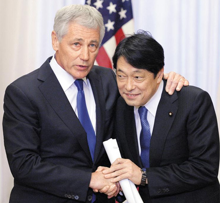 U.S. Secretary of Defense Chuck Hagel (left) chats with Japanese Defense Minister Itsunori Onodera ahead of a meeting with Japanese Prime Minister Shinzo Abe at the prime ministers former official residence in Tokyo on Saturday. /AP-Newsis
