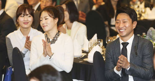 Speed skater Lee Kyou-hyuk claps during his retirement ceremony in Seoul on Monday.
