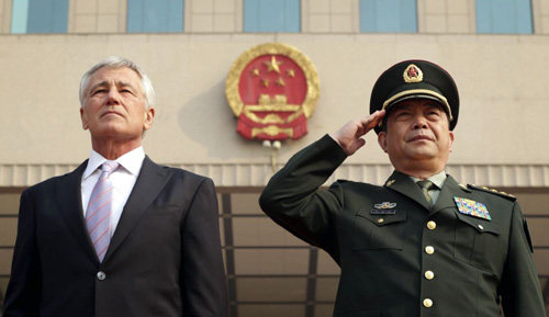 U.S. Defense Secretary Chuck Hagel (left) and his Chinese counterpart Chang Wanquan listen to the Chinese national anthem during a welcoming ceremony at the Chinese Defense Ministry headquarters, prior to their meeting in Beijing, on April 8, 2014. /Reuters