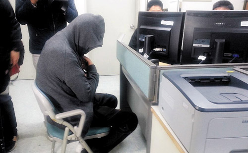 Lee Joon-seok, the captain of the sunken ferry Sewol, is being questioned by maritime police in Mokpo, South Jeolla Province on Thursday. /News 1