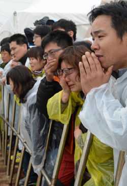 Families of missing passengers from the ferry disaster off the southwest coast weep at a port in Jindo, South Jeolla Province.