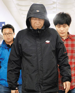 Lee Joon-seok, the captain of the sunken ferry Sewol, leaves a maritime police station in Mokpo, South Jeolla Province after being questioned on Thursday.