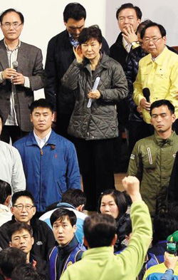 President Park Geun-hye listens to family members of missing passengers during her visit to the scene of the ferry disaster in Jindo, South Jeolla Provice on Thursday. /Newsis