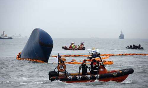 Rescue boats sail around the ferry Sewol which sank, during the rescue operation in the sea off Jindo, Seouth Jeolla Province. /Reuters
